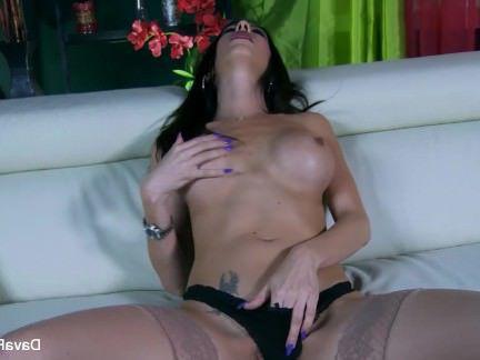 Милфа порно Грудастая Дава играет с ее мокрую киску секс видео