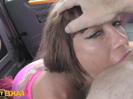 Милфа порно Хорошие Большие сиськи ебля в машине секс видео