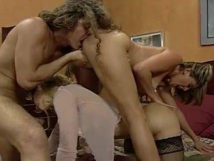 Милфа порно Счастливый парень берет на двух горячих шлюшек секс видео