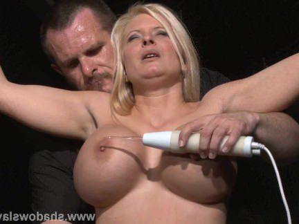 Милфа порно Грудастая рабыня Мелани Луны электро пытки секс видео