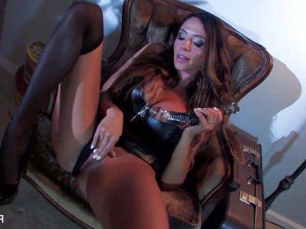 Милфа порно Ариэлла трахает себя большой стеклянной игрушкой секс видео
