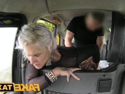 Милфа порно FakeTaxi татуировку леди любит грязный Анальный секс видео