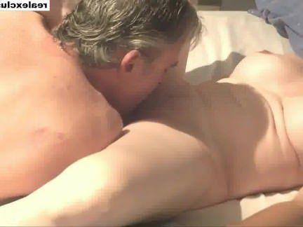 Милфа порно Ест киску моей жены, пока она не кончает очень тяжело секс видео