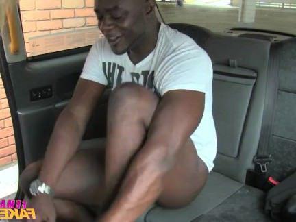Милфа порно FemaleFakeTaxi леди любит большой черный хуй секс видео