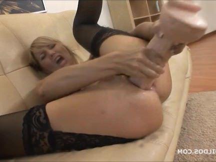 Милфа порно Удивительные милфа зияет ее задницу с огромным фаллоимитатором секс видео