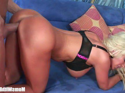Милфа порно Распутная Блондинка Домохозяйка Алмаз Флорес Пирсинг секс видео