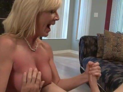 Милфа порно мама Джанет дрочит сыну дома секс видео
