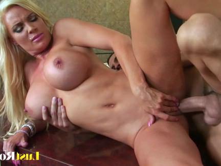 Милфа порно Грудастая блондинка Алмаз Фокс готова к действию секс видео