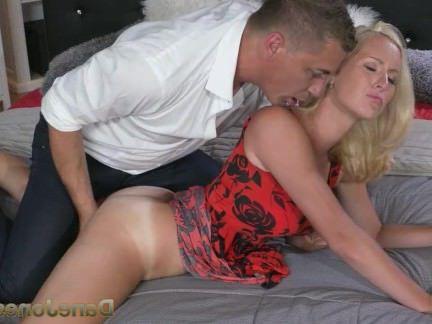 Милфа порно DaneJones сексуальная блондинка жена сосет и трахает ее большим членом мужик секс видео
