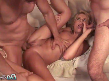 Милфа порно Домохозяйка принимает 2 жестких петухов секс видео