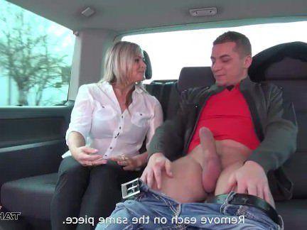 Милфа порно Мачеха вам три молодой дикс в Ван поездка секс видео