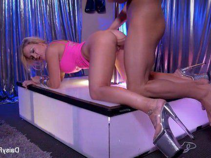 Милфа порно Секс стриптизерша решает дать ее клиенту дополнительный танец на коленях секс видео