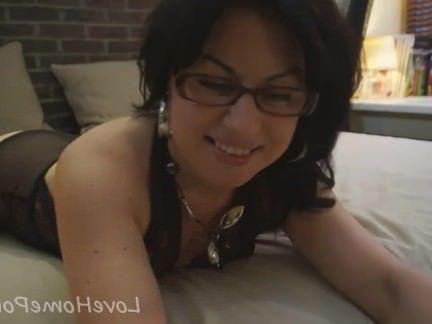 Милфа порно Nerdish девушка в чулках раздвигает ноги для петуха секс видео