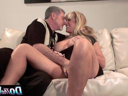 Милфа порно Блондинка милф трахается на глазах у мужа секс видео