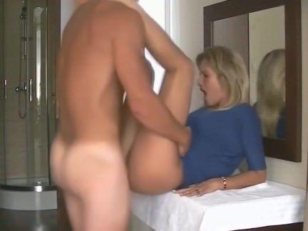 Милфа порно Белокурая милфа раздвинула ножки в ванной и чувак отшпилил её секс видео