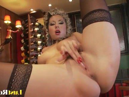 Милфа порно Черные чулки и большие натуральные сиськи Дарья Гловер секс видео