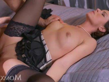 Милфа порно Мама зрелая домохозяйка в чулках сквирт после минета и глубокого траха секс видео