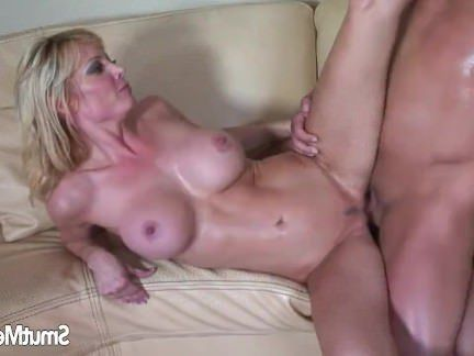 Милфа порно Сексуальная блондинка милфа сидит на толстый член секс видео