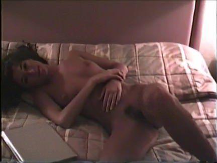 Милф Порно Милфа с волосатой шмонькой раздевается и потягивает вино в спальне секс видео бесплатно