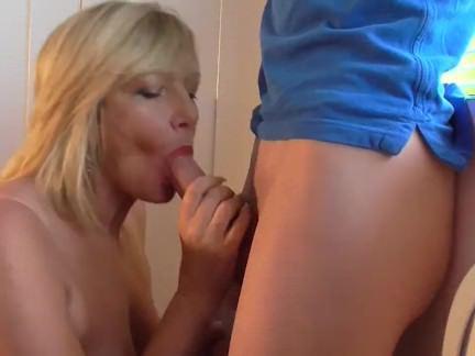 Милфа порно Грудастая мама удовольствия a парень для фиксации ее shutters секс видео
