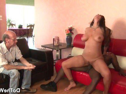 Милфа порно Горячая мамаша порнозвезда принимает большой черный член для мужа секс видео