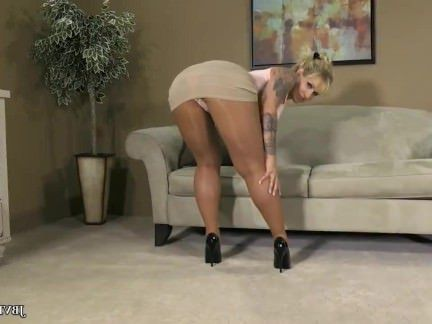Милфа порно Сексуальная блондинка pantyhose Tight Skirt and Heels Tease Yes Please! секс видео