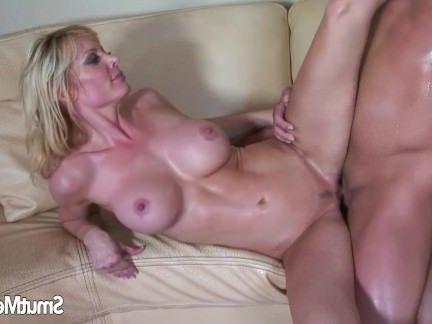 Милфа порно Сексуальная милфа Холли Сэмпсон трахается на диване секс видео
