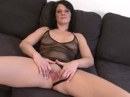 Милфа порно Роговой брюнетка мамаша становится порнозвезда трахал черный человек большой хуй в мокрый puss секс видео