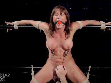 Милфа порно Мужик по варварски связал тёлочку и выебал её палками в жопу и пизду секс видео