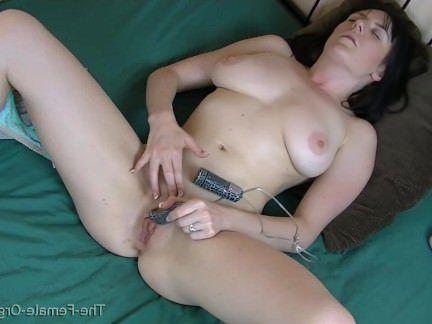 Милфа порно Горячая красотка мастурбирует до оргазма в два вида секс видео