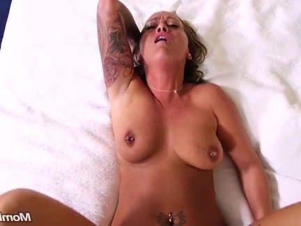 Милфа порно Slutty Tattooed Любитель милф Cock Worship секс видео