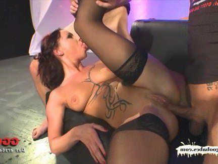 Милфа порно Татуированная немецкая мамаша с анальными любовниками секс видео
