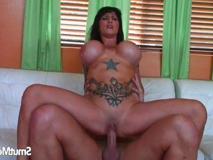 Милфа порно Татуированная звездатая брюнетка гоняет лысого между своих огромных доек секс видео