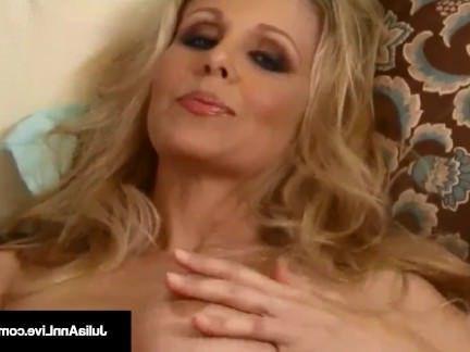 Милфа порно Мега милфа Джулия Энн полосы и челка ее киску, пока она не кончает! секс видео