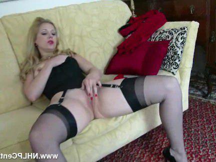 Милфа порно Блондинка зрелка дразнит пизду в винтажных чулках и нейлоне секс видео