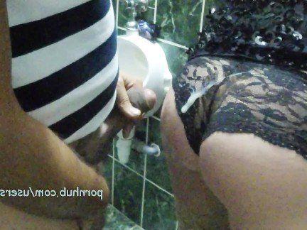 Милфа порно Она дает Минет в общественном туалете секс видео