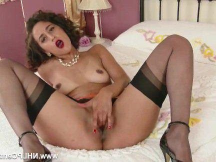 Милфа порно Аппетитная мильфа гладит пизду и трясет своей классной жопкой секс видео