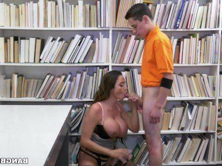 Милфа порно Юнец трахает взрослую библиотекаршу с массивной грудью секс видео