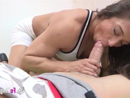 Зрелая Порно Худой малец отъебал свои инструкторшу по фитнесу с большими сиськами секс видео бесплатно