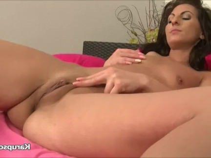 Милфа порно Ласковая Ким Келли нетерпеливо теребит узенькую киску в ожидании оргазма секс видео