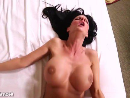 Милфа порно Титястая мамаша официантка пришла на кастинг где ее трахнул твердый горбатый член секс видео