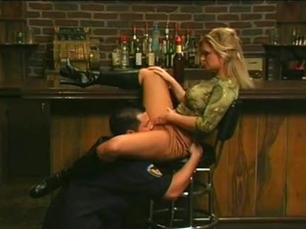 Милфа порно Мамаша трахается с охранником секс видео
