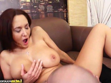 Милфа порно Грудастая мамаша Ava Аддамс сосет и трахает секс видео